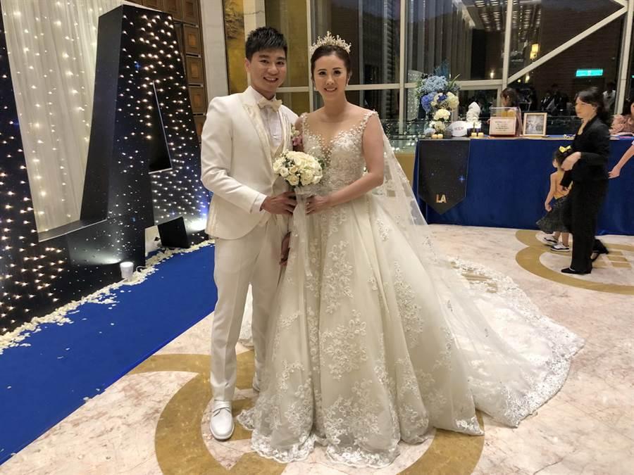 張博勝3日晚間舉辦婚宴,與老婆大人劉珮玲開心合照。(黃及人攝)