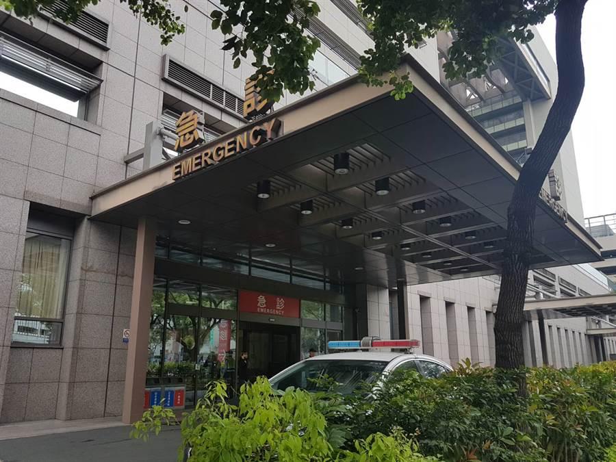 受傷女大學生被送往中國醫藥大學附設醫院急救。(張妍溱攝)