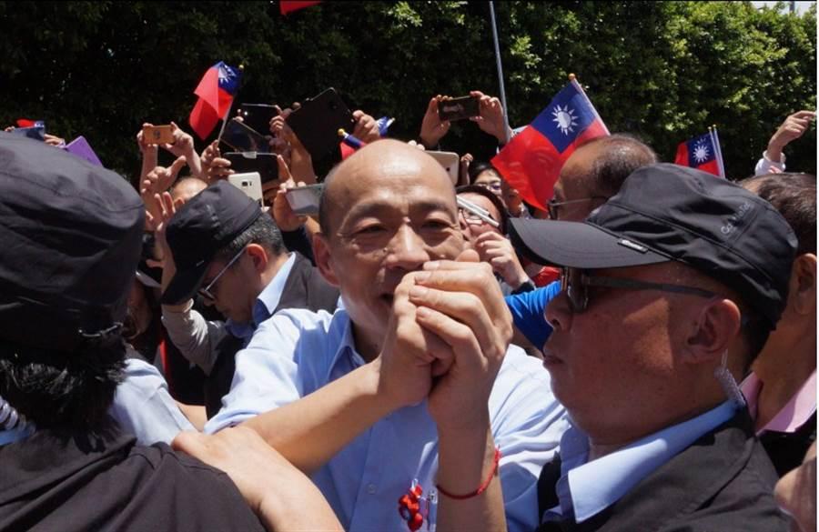 國民黨總統參選人韓國瑜今日桃園首造勢,所到之處都擠滿爆滿人潮。(甘嘉雯攝)