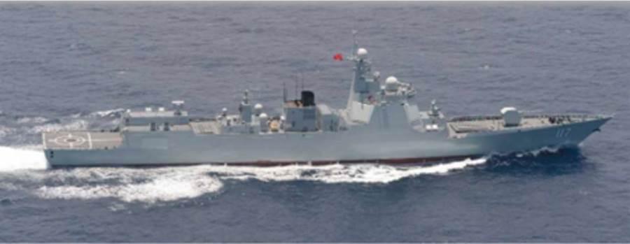 日本自衛隊跟拍的解放軍「西寧」號飛彈驅逐艦。(日本防衛省)