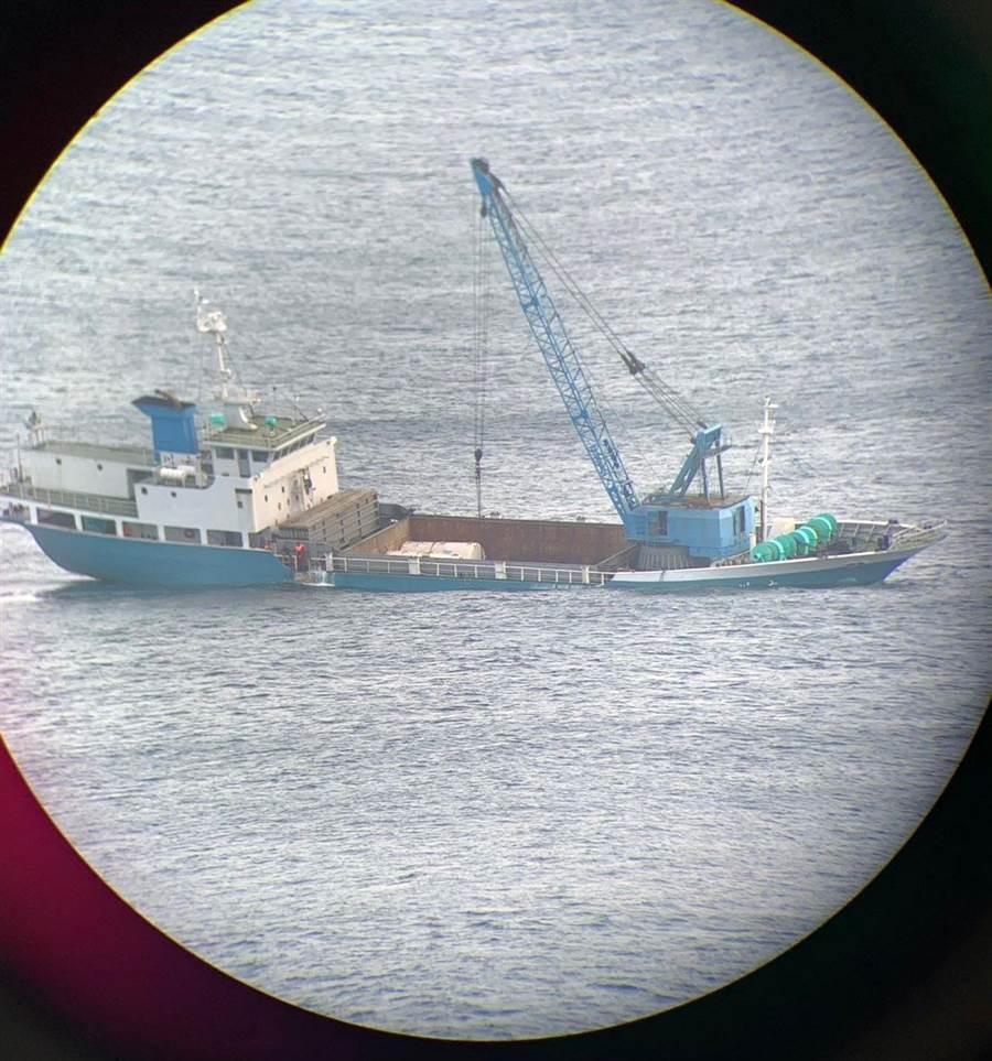 「大川輪」2日晚間8時於烏坵海域沈沒,航港局限期抽油拖離,嚴防汙染海域並維護航安。(海巡署提供)