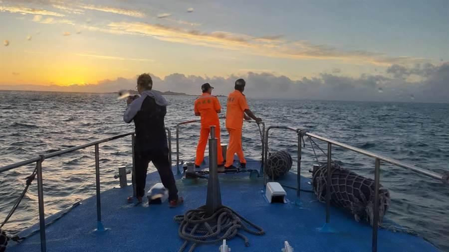 第九海巡隊和金門縣環保局至事故現場勘查,嚴防發生海域汙染情事。(海巡署提供)