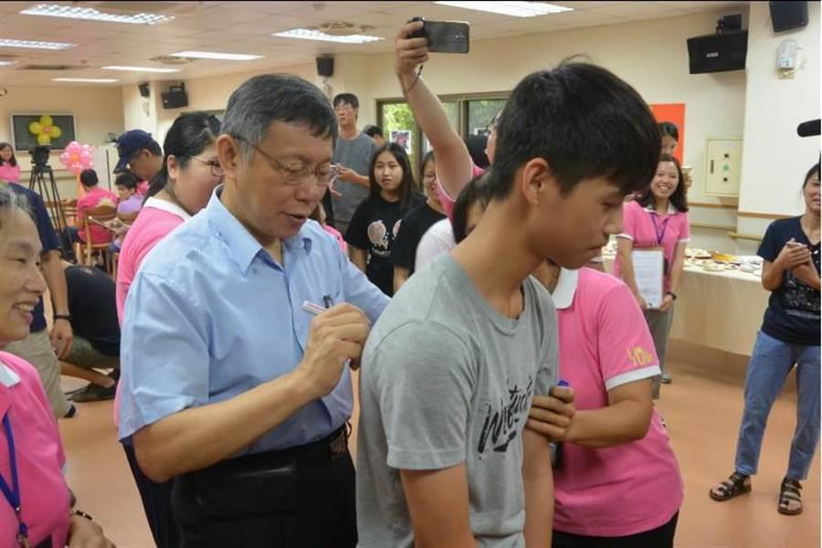台北市長柯文哲替民眾簽名。(巫靜婷攝)