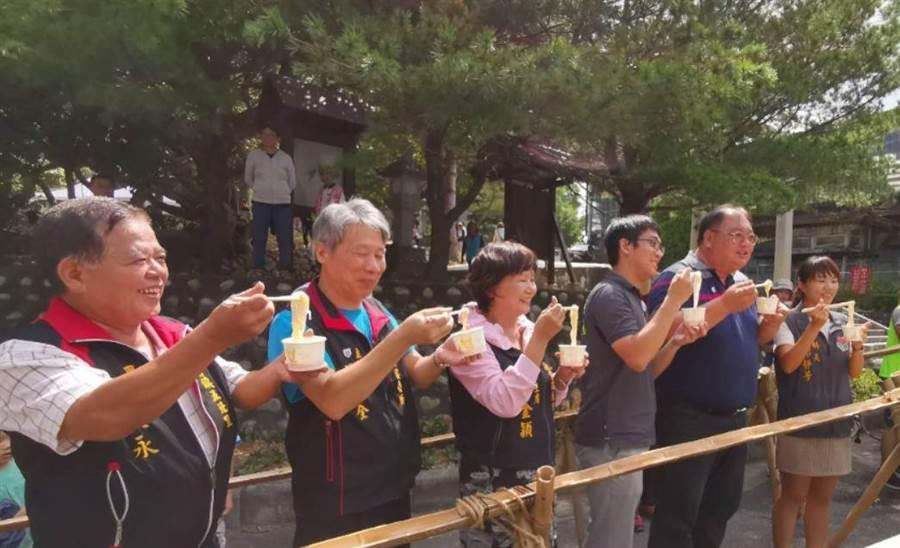 縣府及地方代表體驗日本文化「流水麵」。(通霄鎮公所提供)