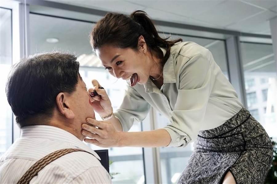 謝盈萱劇中發洩怒氣。