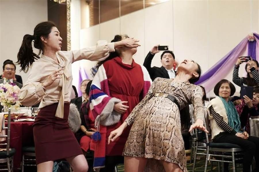謝盈萱劇中大鬧前男友的婚禮。