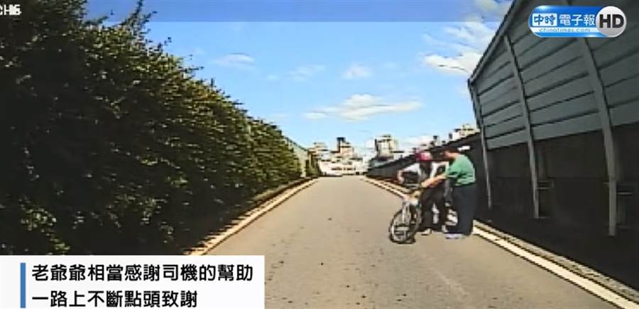 熱心乘客下車接引老翁上公車。(圖/取自《中時電子報》粉絲團)
