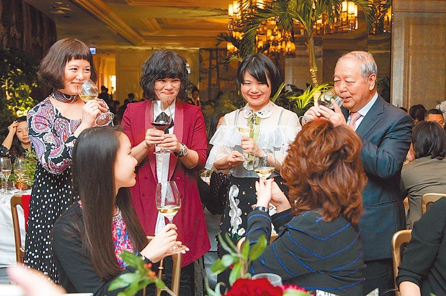 BELLAVITA創辦人梁次震(右起)帶著三姐妹與貴賓敬酒,董事總經理梁佳敏、董事長梁怡敏、董事梁欣敏。圖/BELLAVITA提供