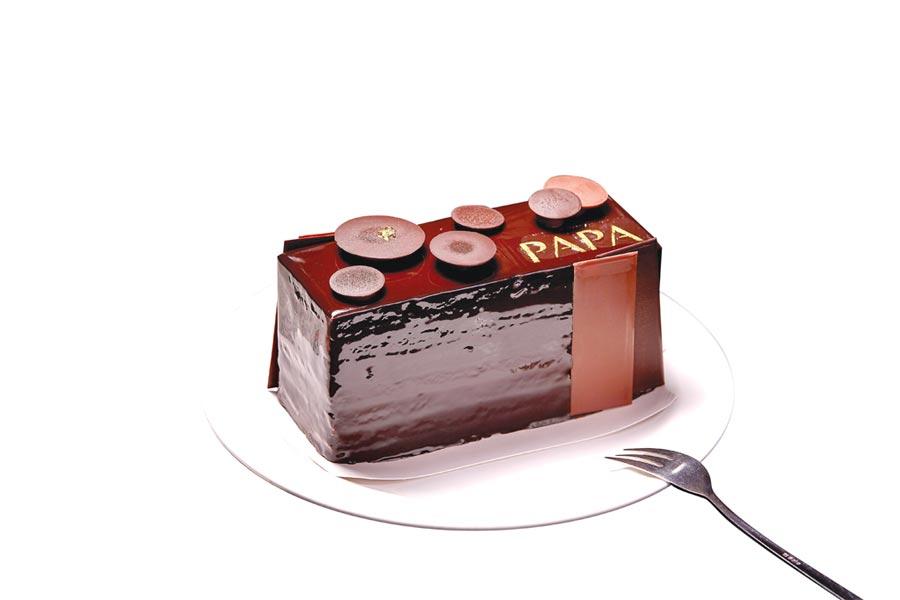 國賓飯店為父親節設計的「麥卡倫巧克力蛋糕」,以原始可可風味,搭佐麥卡倫威士忌橡木桶陳釀韻味,標榜是一款「最有男人味」的蛋糕。圖/國賓大飯店
