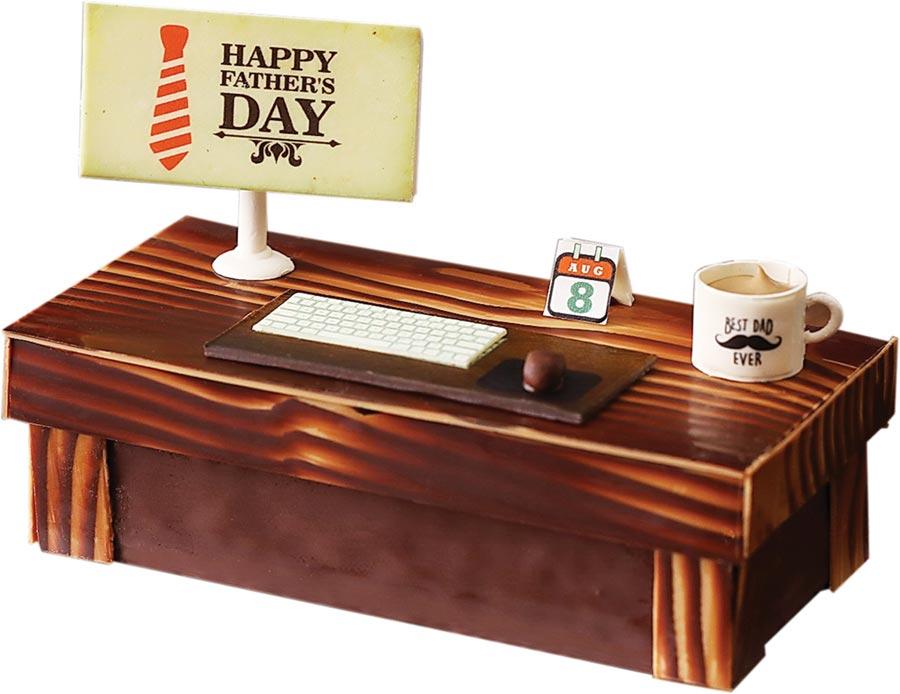 台北君悅酒店「辦公老爸」父親節蛋糕,以辦公桌為概念,將不同口感與風味的巧克力融合,打造出原木辦公桌、桌墊、電腦、鍵盤、桌曆與馬克杯,作工繁複、造型有趣。圖/台北君悅酒店