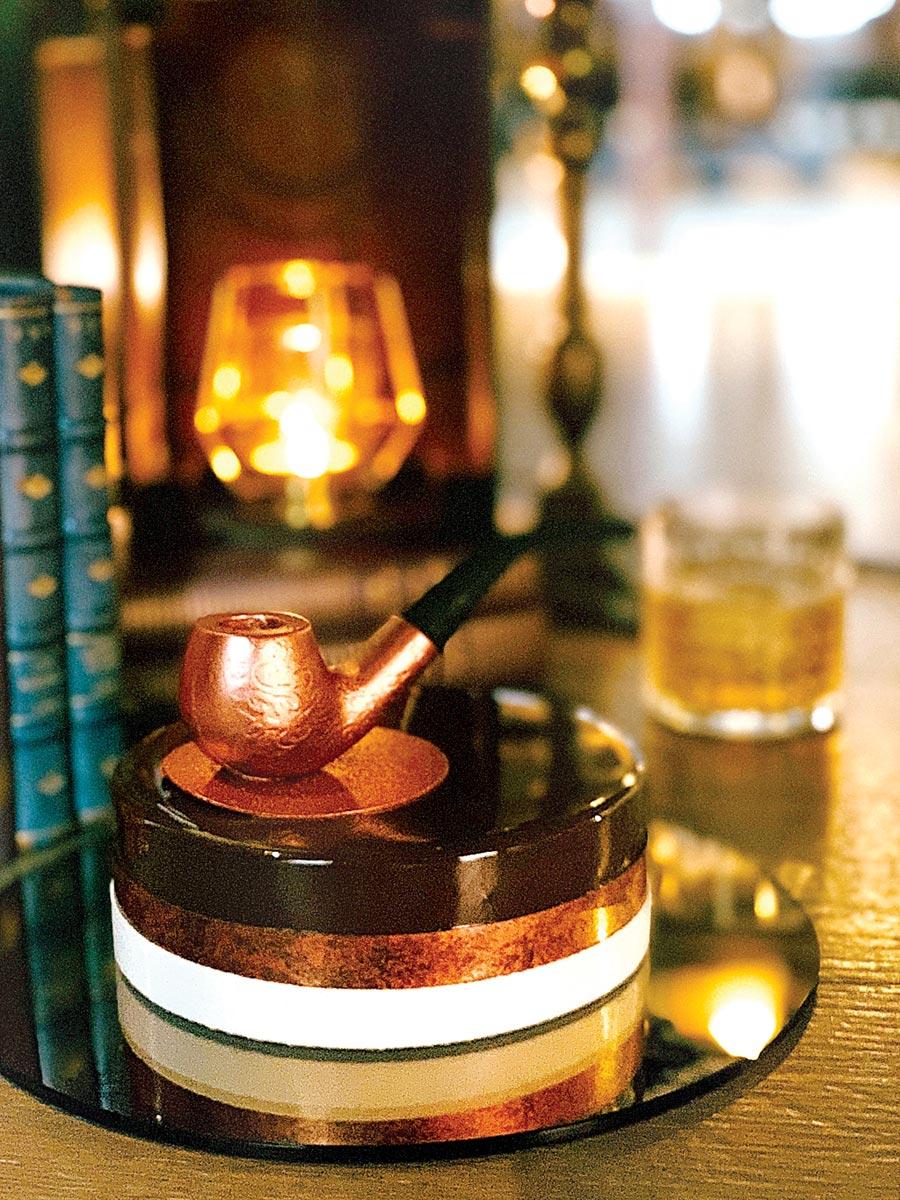 台北君品酒店針對父親節推出的主題蛋糕「菸斗老爸」,以菸斗象徵父親的品味,6吋蛋糕訂價1,280元。圖/台北君品酒店