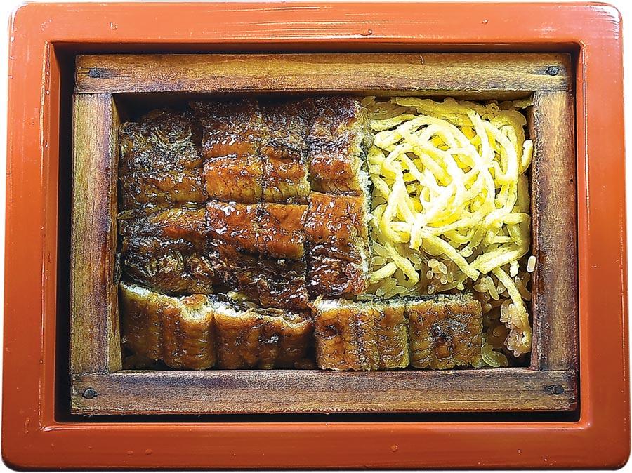 小倉屋〈極上鰻懷石〉菜單壓軸是炊蒸的〈鰻魚飯〉,用木盒盛裝的鰻魚飯經過二次蒸煮,所以鰻魚口感濕潤且柔軟。圖/姚舜