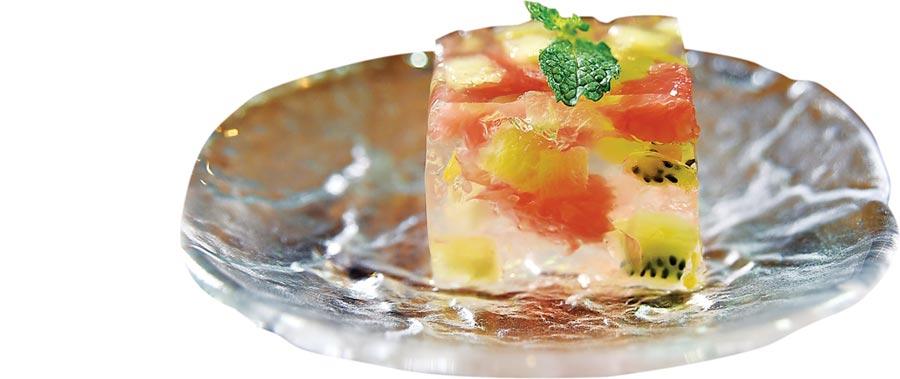 小倉屋〈極上鰻懷石〉的餐後甜點〈季節水果酪〉,透明晶凍中嵌著葡萄柚、奇異果,清涼消暑。圖/姚舜