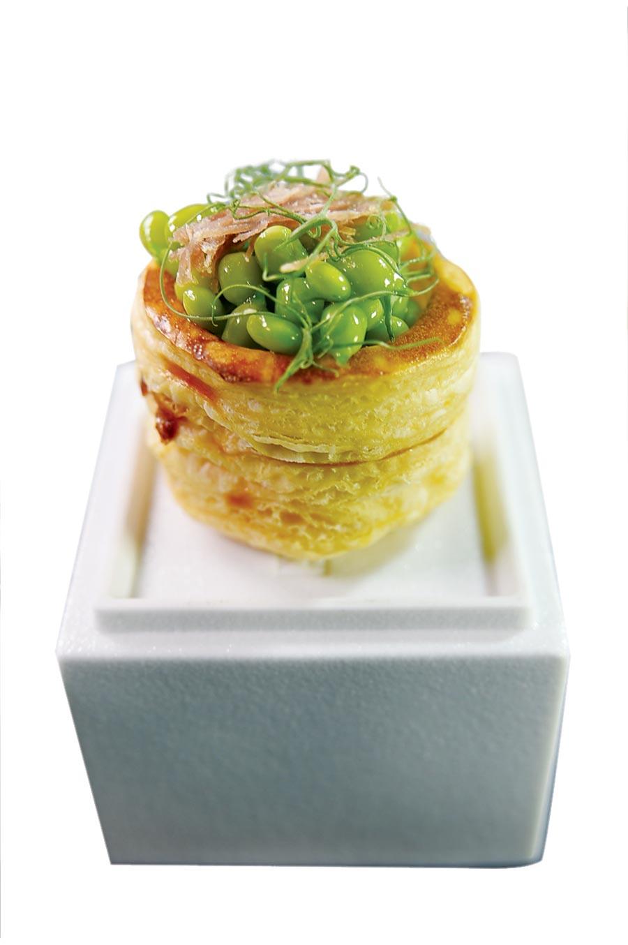 用法國料理的酥盒與中菜甜豌豆和火腿絲搭配,〈天香樓〉全新的開胃小菜好吃好看。圖/姚舜