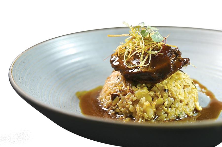 〈天香樓〉6,600元套餐中的〈鮑魚海鮮炊飯〉,鮑魚是用老雞、火腿和瘦肉吊的湯足足煨了10小時,非常入味。圖/姚舜