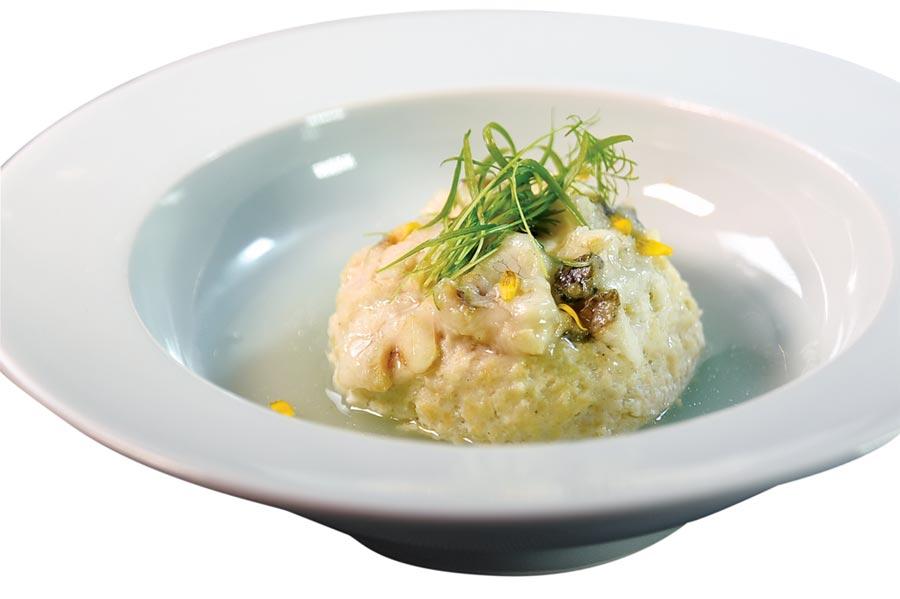 〈黃魚獅子頭〉是用黃魚肉加了一點點雞肉蓉、芹菜粒和荸薺後,用鹽與紹興酒調味、再煨煮成菜,味道非常鮮香並帶有微微甘甜味。圖/姚舜