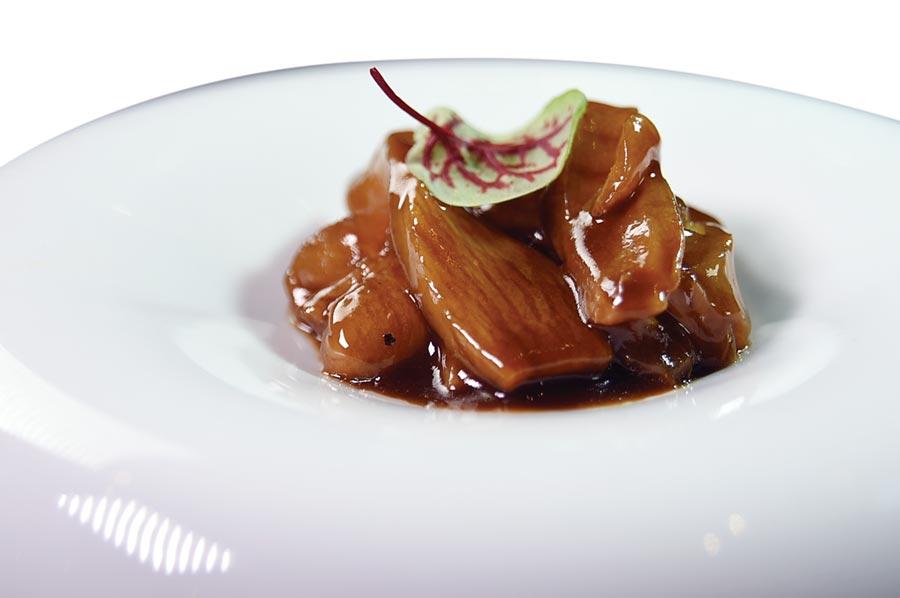 〈天香樓〉主廚楊光宗作的〈紅煨花膠〉,煨汁是將蔥、薑爆香後,再加了醬油、蠔油、紹興酒和鎮江醋調製,膠質豐富的鮸魚肚煨到恰到好處,口感腴滑軟嫩並微微帶有彈性,口感與風味俱優。圖/姚舜