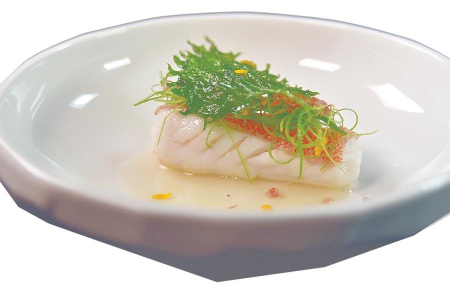 〈清蒸火腿海星斑〉是用魚肉將薑絲、火腿絲後清蒸,所以更加入味,魚肉蒸熟後上面再放了乾煸火腿絲與蔥絲提味增鮮。圖/姚舜