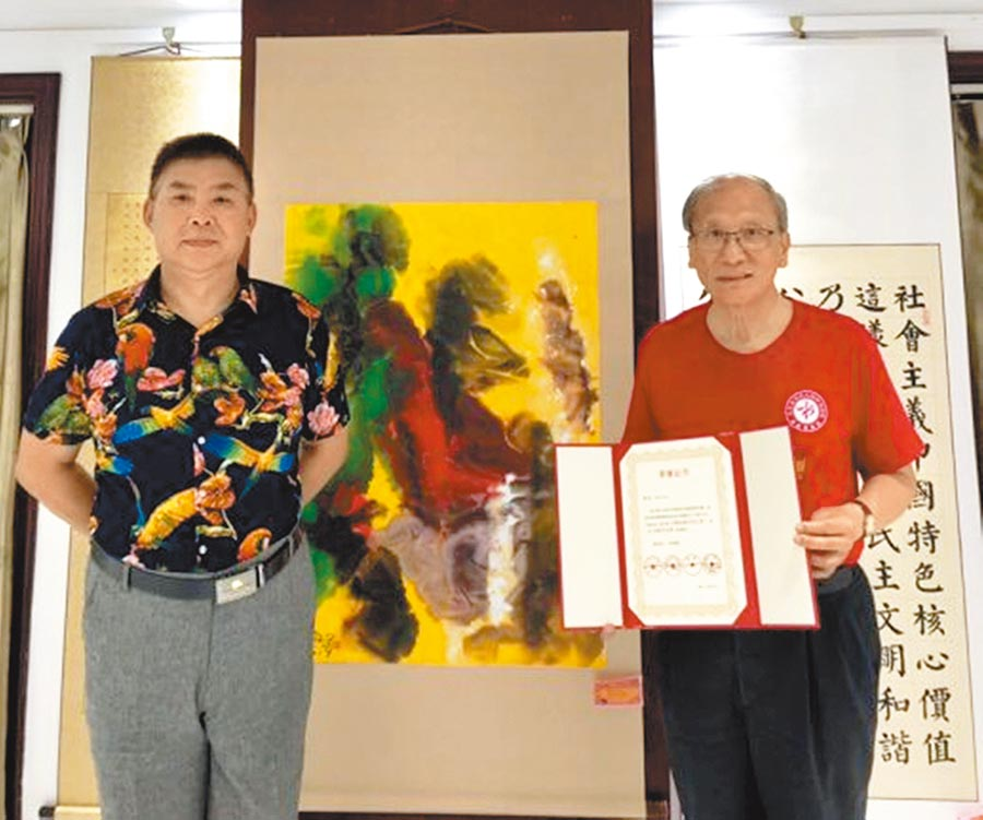 中國書畫家協會名譽主席王登武(左)與蔡豐名(右),在北京吳東魁藝術館蔡豐名作品前合影。圖/許俊揚