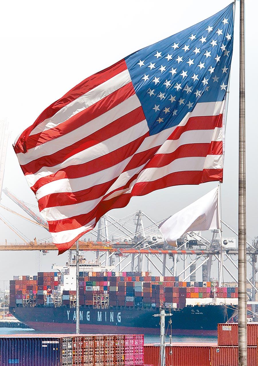 來自亞洲的貨櫃輪在美國加州長灘港卸貨,前方飄揚著一面星條旗。美國總統川普當天宣布,將對額外3000億美元大陸輸美商品加徵10%關稅。(法新社)