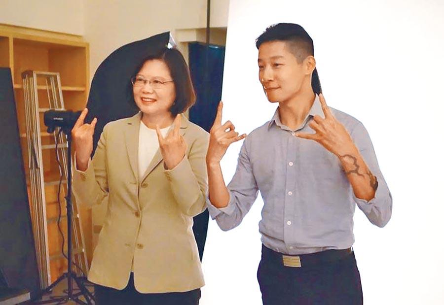 大綠小綠漸行漸遠。圖為蔡英文(左)2015年參選總統時,與時力立委參選人林昶佐(右)拍定裝照。(取自蔡英文臉書)