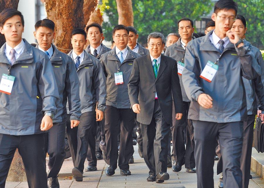 國安局調查私菸案,負責副總統陳建仁(中)維安的「平安警衛室」也有人涉案。(本報資料照片)
