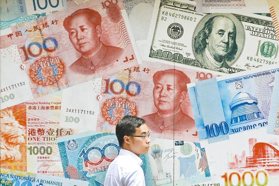 美國總統川普宣布加徵關稅,人民幣2日重挫,一度跌至逼近7元兌換1美元。圖為香港中環一家外幣兌換店。(美聯社)