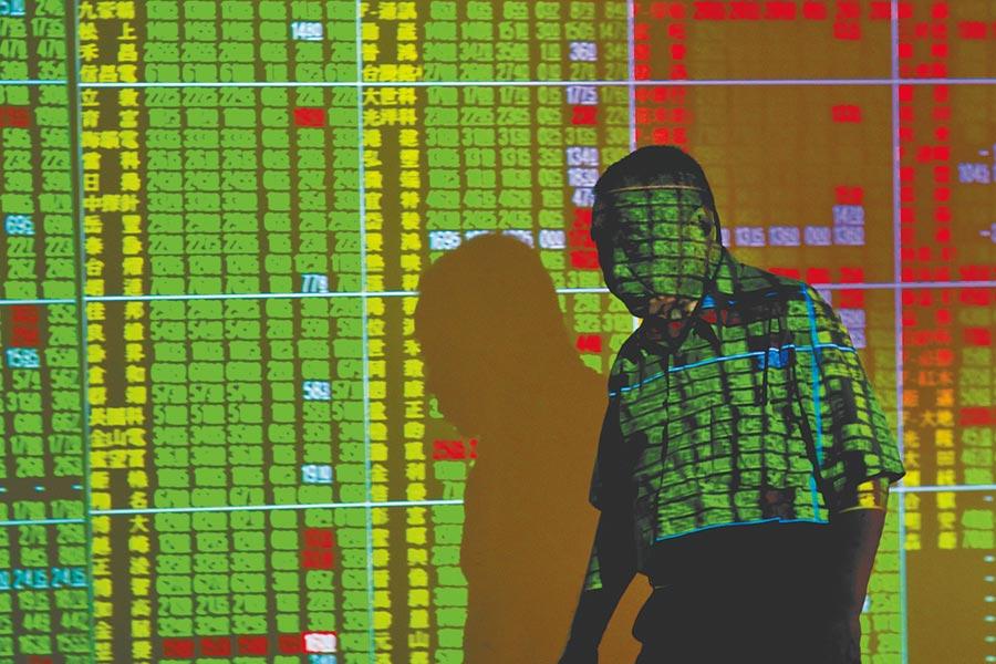 美國總統川普無預警宣布將對剩餘的3000億美元中國商品祭出10%關稅,衝擊台股2日一開盤就開低走低,跌破季線、半年線,收盤跌182.71點,為10549.04點,成交金額新台幣1580.52億元。                    (郭吉銓攝)