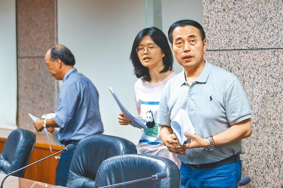 中華民國滑冰協會祕書長吳奕德(右)遭體育署解職。(本報資料照片)