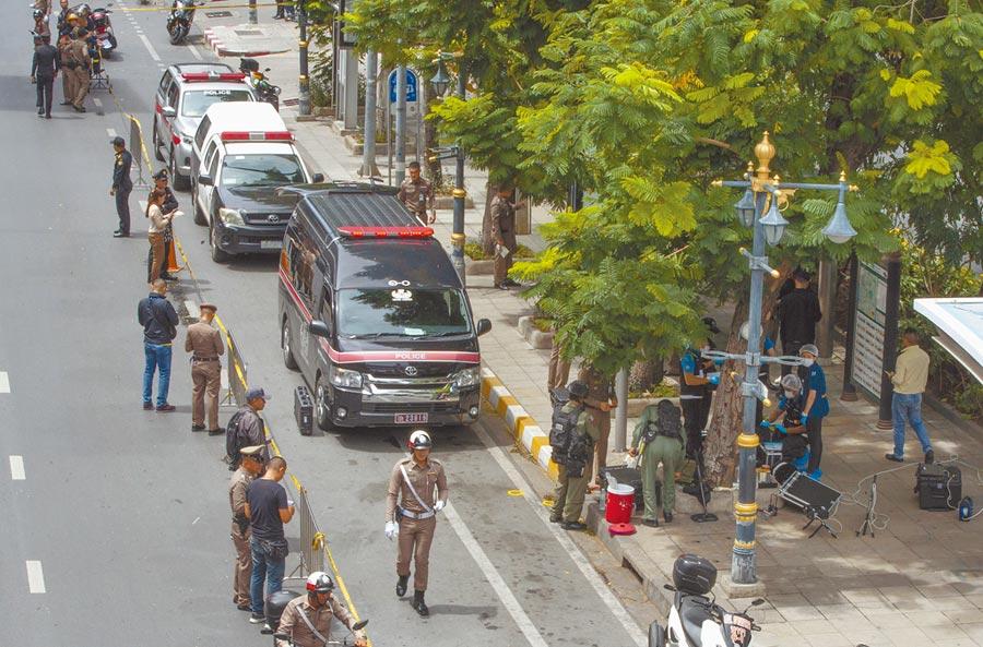 泰國曼谷2日發生多起爆炸事件,造成4人受傷,警方封鎖現場處理。泰國總理已下令全面調查。(美聯社)