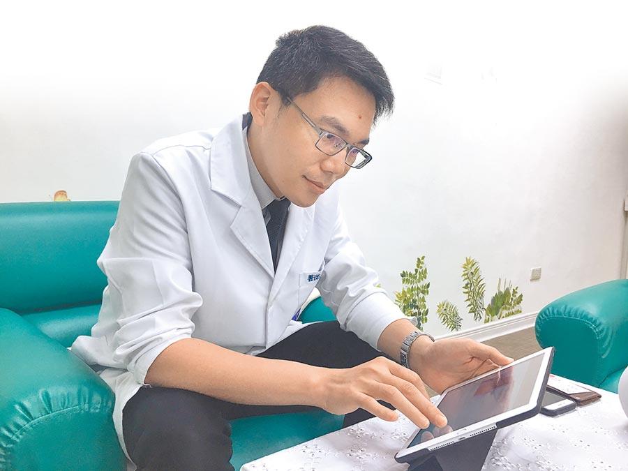 劉建良感慨病人鮮少記錄日常生活,因此他總愛幫病人拍照,有時會把照片洗出,寄給病人留念。(林周義攝)