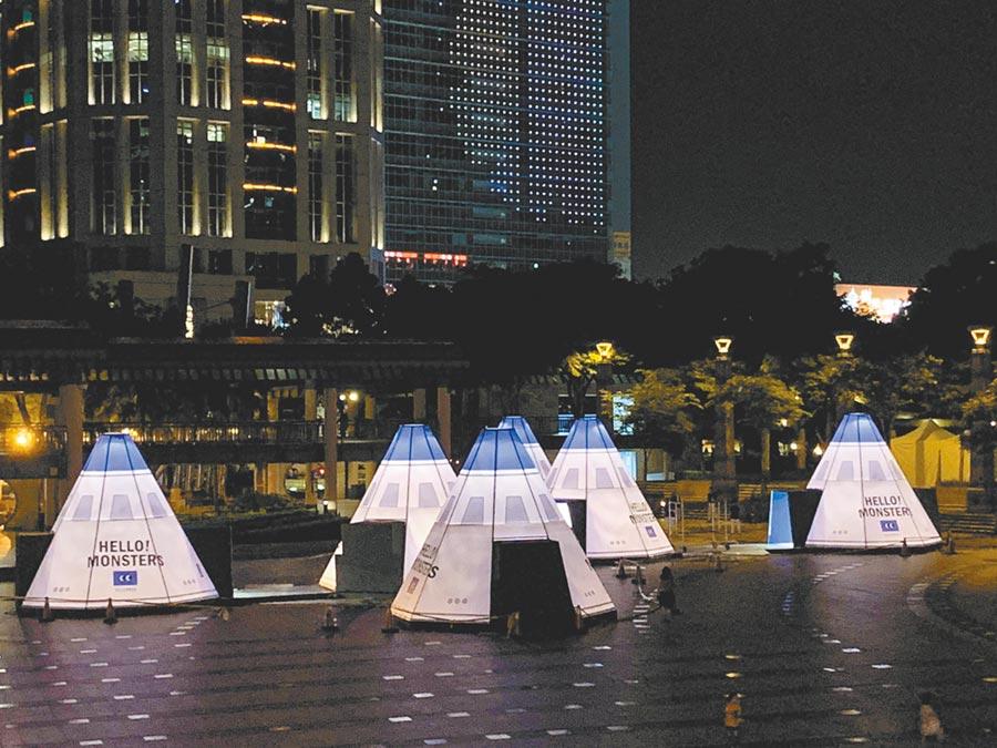 市民廣場打造11座太空站造型小屋,每座都準備不同的活動,將成孩子們的藝術體驗天堂。(新北市政府文化局提供)