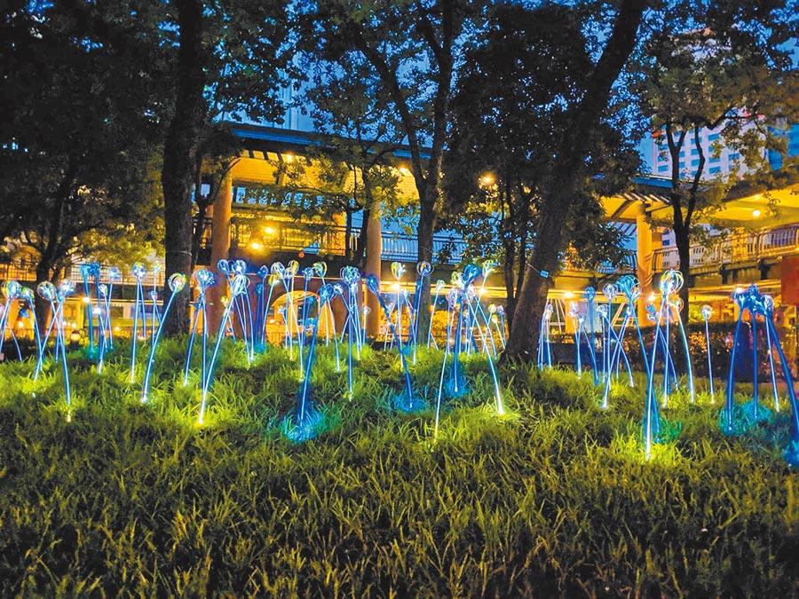 《植光‧花》結合光影,約100支的花束隨風搖曳,漫步其中浪漫滿分。(新北市政府文化局提供)