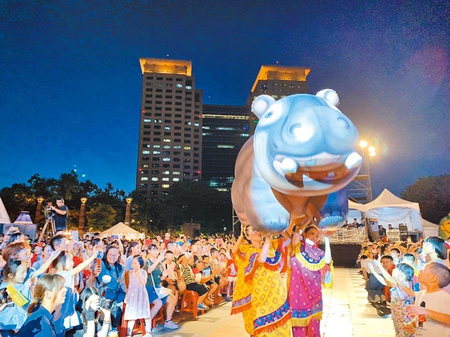 新北市長侯友宜2日晚間出席兒童藝術節開幕活動,欣賞紙風車劇團帶來的《巫頂看世界》,現場人聲鼎沸、熱鬧滾滾。 (譚宇哲攝)