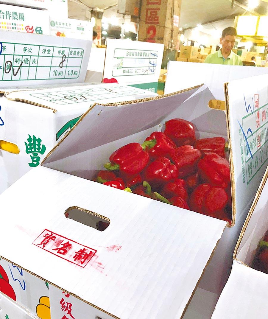 北市果菜批發市場1日起試辦實名制,對已提供身分證字號的供應人貨品蓋上「實名制」章,予以優先交易。(北市市場處提供)
