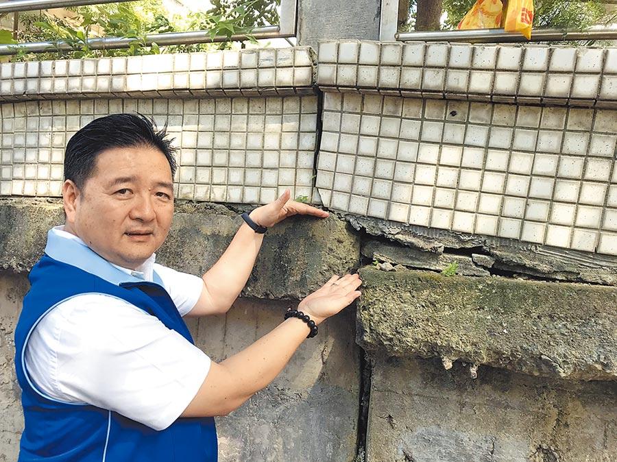 信義國小圍牆因出現高低差而龜裂,市議員林金結質疑有倒塌之虞。(陳俊雄攝)