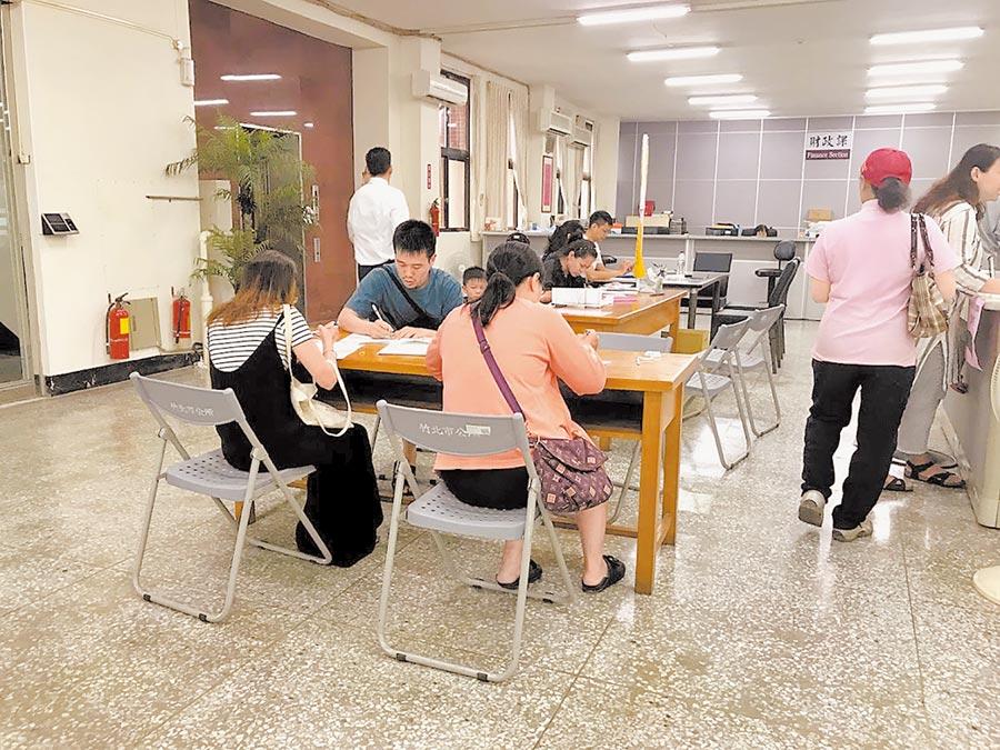 2至4歲育兒津貼開放申請第2天,竹北市公所出現申請人潮。(莊旻靜攝)