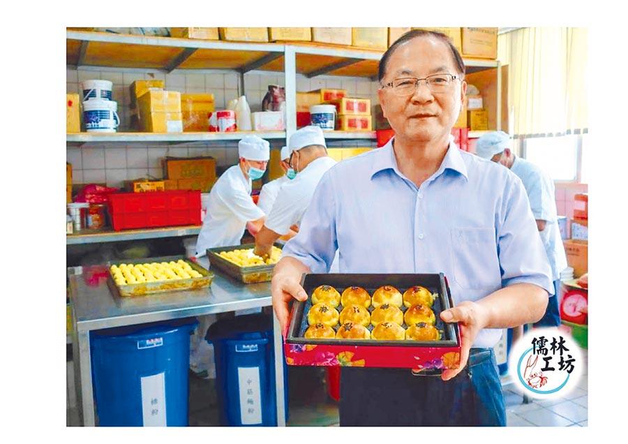 彰化監獄典獄長黃坤前手中的經典蛋黃酥,目前已經接單上千顆。(謝瓊雲攝)