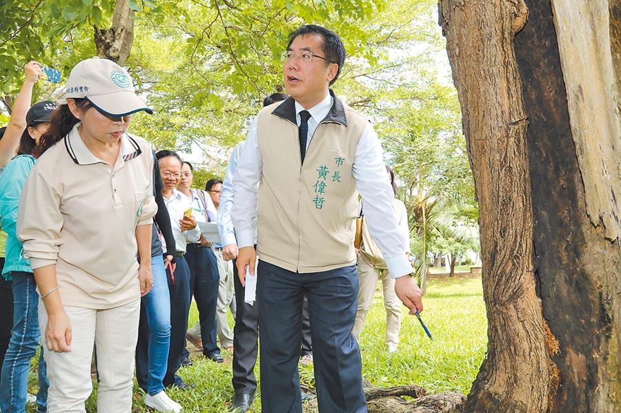閉園2周的巴克禮公園將於5日上午開園,台南市長黃偉哲2日上午再度率防疫相關局處視察。(曹婷婷攝)