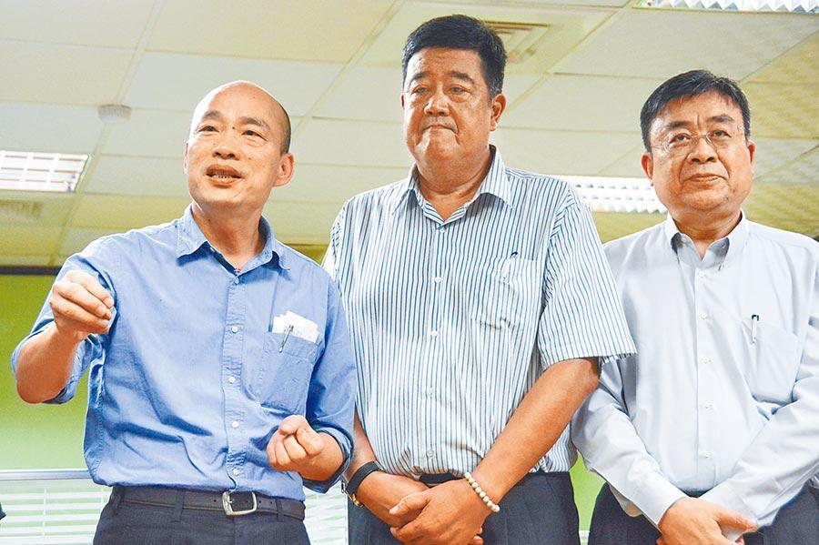高雄市長韓國瑜(左)2日為工策會揭牌,圖中為工策會總幹事李義,右為高市經發局長伏和中。(林宏聰攝)