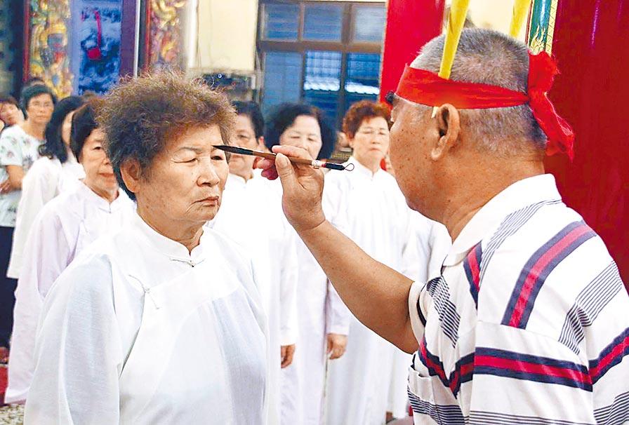 東港的宮廟有特殊的「點生做號」傳統習俗,代表普度公認證過的庇佑儀式,請好兄弟不要為難信徒。(潘建志翻攝)
