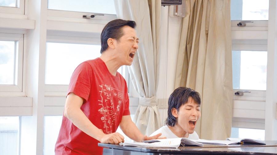 哈林(左)和老蕭在排練場抓到空檔就練歌。