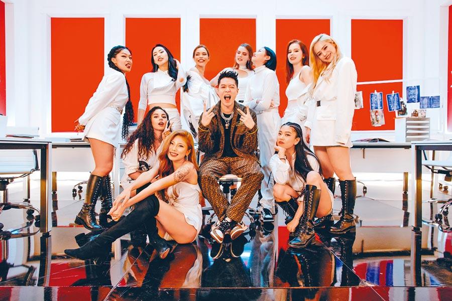 周湯豪(中)在MV裡與多位女模火辣入鏡。
