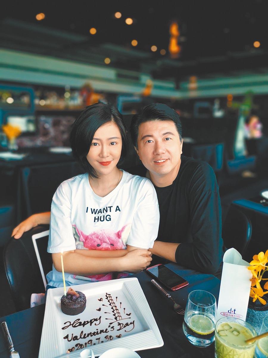 吳皓昇(右)日前帶老婆文汶到101大樓吃情人節大餐。