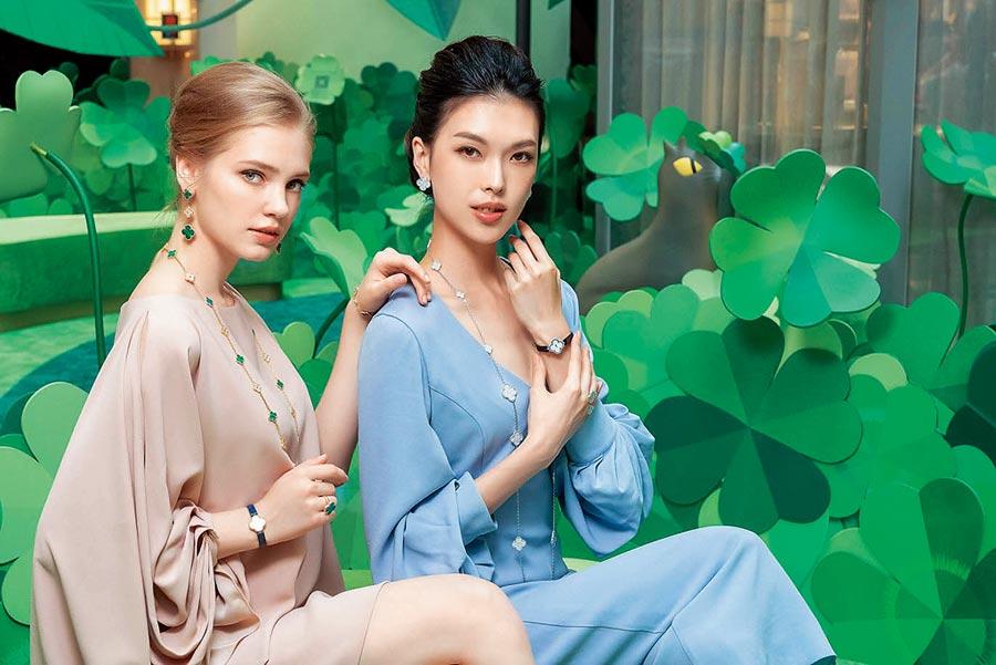 名模王思偉(右)佩戴梵克雅寶Alhambra珠寶。(Chris Tzou提供)