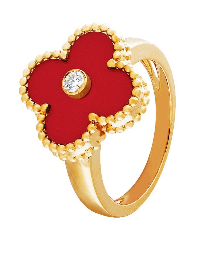梵克雅寶Vintage Alhambra紅玉髓戒指,11萬3000元。(Van Cleef & Arpels提供)