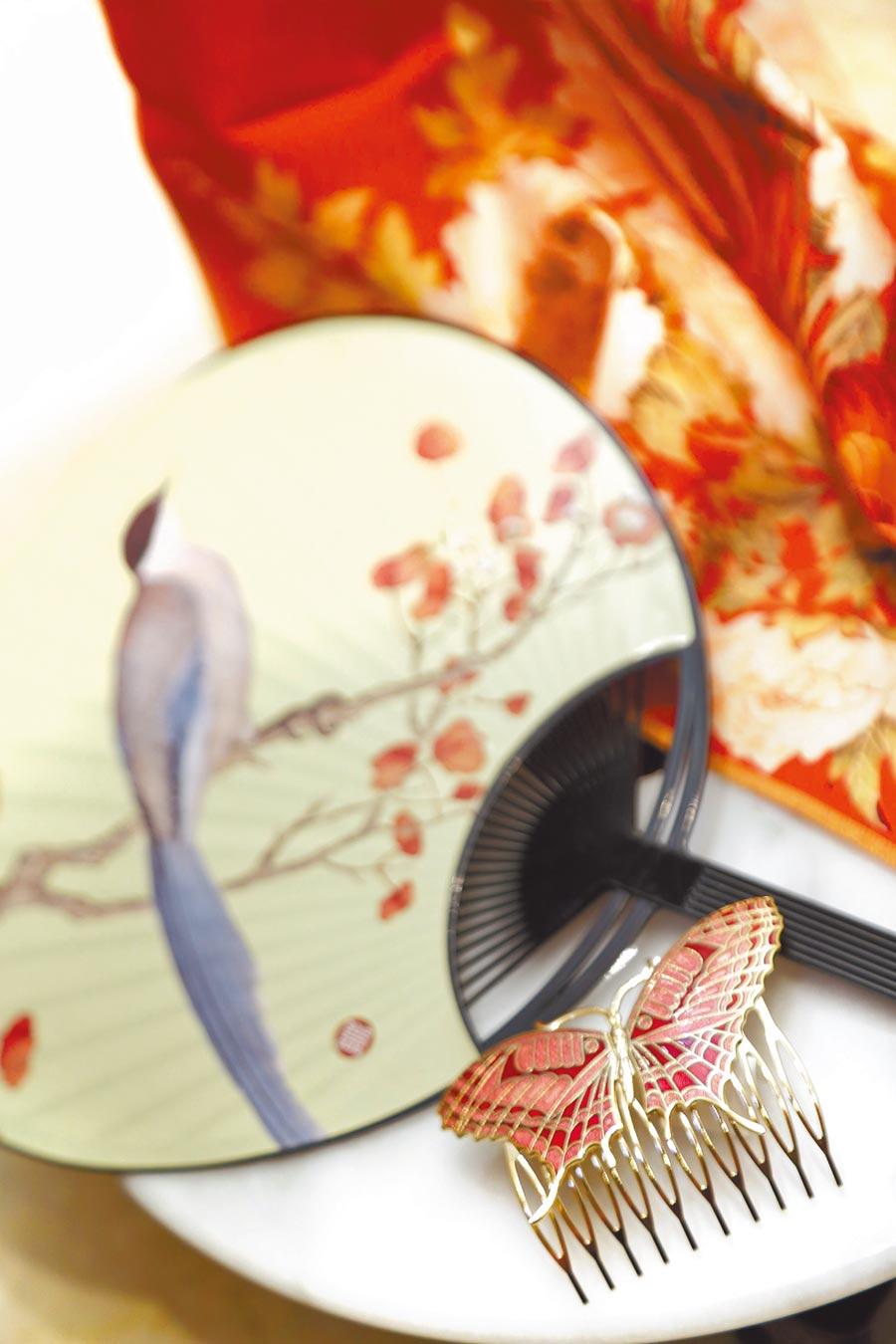 入住「穿越古今‧『晶』豔七夕」的房客,還能獲贈理髮梳、花舞扇及手絹等古代定情信物。(台北晶華酒店提供)