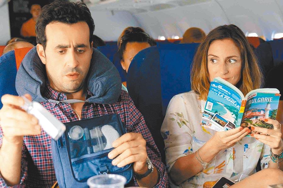 強納森考亨(左)與卡蜜兒夏穆飾演個性迥異的初識男女。(海鵬提供)