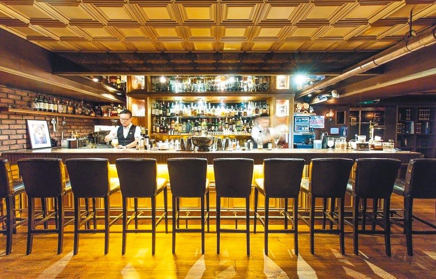 Alchemy Bar Taipei位於信義區鬧區2的Alchemy Bar,若沒熟人帶路還真找不到,位於2樓的隱密位置,同時也是亞洲50大最佳調酒之一的酒吧,店裡的調酒有強烈的自我特色,加上調酒種類眾多且豐富,是台北人必訪的經典酒吧之一。