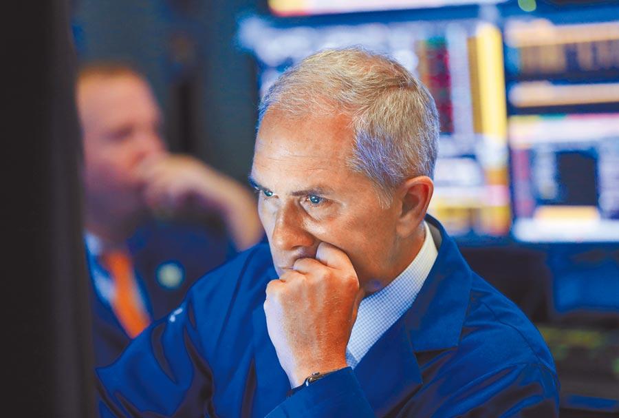 8月1日,美股大跌,紐約證券交易所的交易員緊盯螢幕,表情凝重。(新華社)